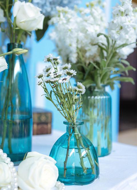 spring-trends-blue-vase