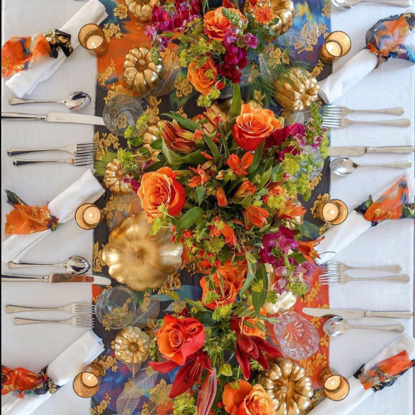 Halloween-table-runner-flowers